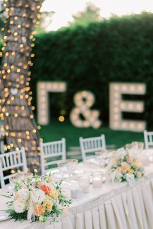 Elegant στολισμός γαμήλιου τραπεζιού με πολύχρωμα centerpieces