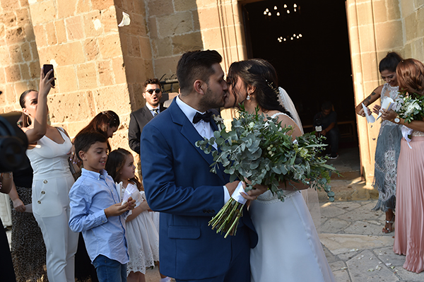 elegant-summer-wedding-nicosia-lush-flower-arrangements-romantic-touches_09