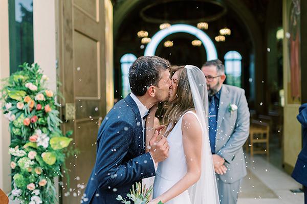 impressive-summer-wedding-vouliagmeni-lush-greenery-romantic-elements_30