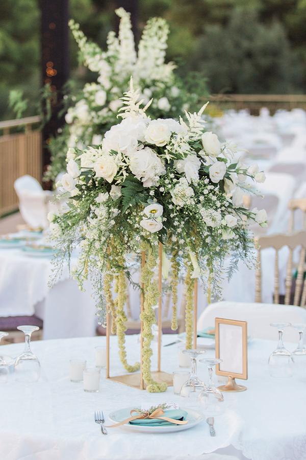 Εντυπωσιακός – elegant στολισμός τραπεζιού με λευκά τριαντάφυλλα, λυσίανθο και φύλλα ελιάς.