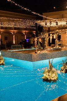 Εντυπωσιακός φωτισμός χώρου δεξίωσης γάμου που κάνει την ατμόσφαιρα μαγική