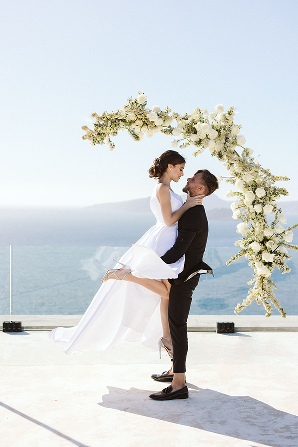 magnificent-styled-shoot-santorini-island-romantic-roses-white-pink-hues_01