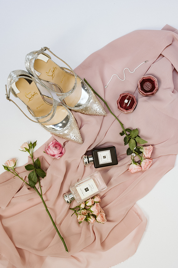 magnificent-styled-shoot-santorini-island-romantic-roses-white-pink-hues_05