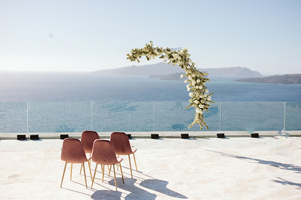 magnificent-styled-shoot-santorini-island-romantic-roses-white-pink-hues_07x