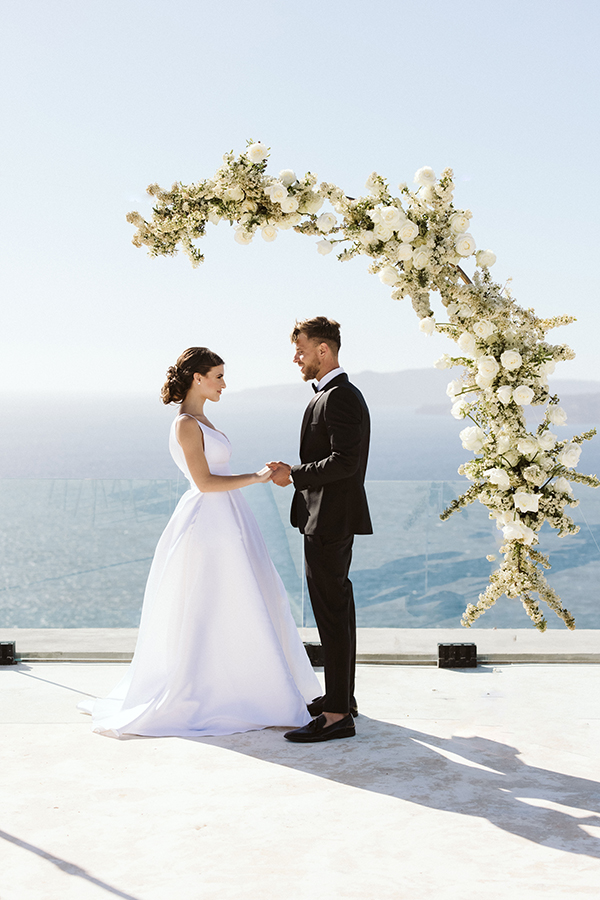 magnificent-styled-shoot-santorini-island-romantic-roses-white-pink-hues_09