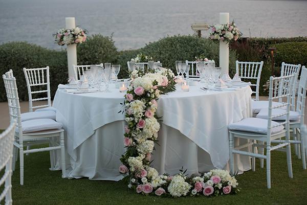 Ρομαντικός στολισμός τραπεζιού δεξίωσης με λευκές ορτανσίες και ροζ τριαντάφυλλα