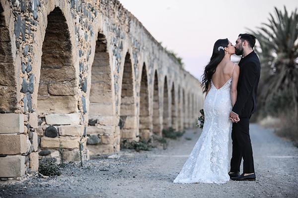 Ρομαντικός καλοκαιρινός γάμος στη Λευκωσία με τριαντάφυλλα και λυσίανθο σε ροζ – λευκές αποχρώσεις