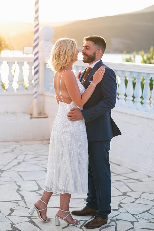 Ρομαντικό νυφικό φόρεμα σε κοντό μήκος και τολμηρή ανοικτή πλάτη