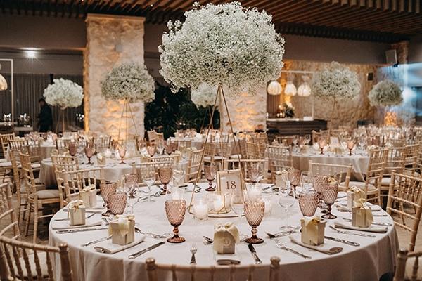 Πανέμορφος στολισμός δεξίωσης γάμου με λευκά λουλούδια