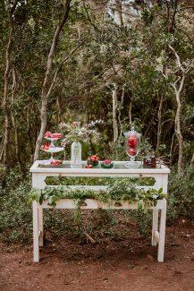 Vintage dessert table. Διακοσμείται με βάζο και stands γεμάτα με λουλούδια και φρούτα.