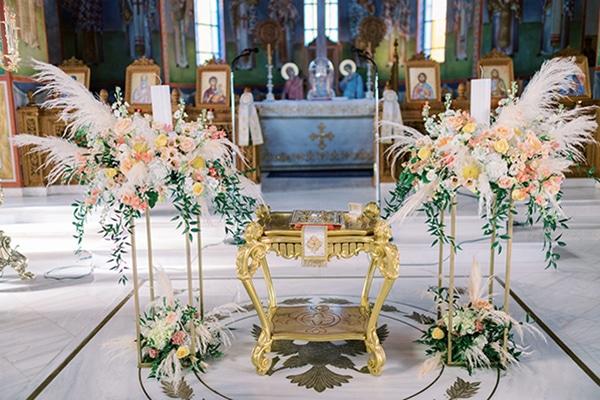 Στολισμός λαμπάδας γάμου με pampas grass για ένα ultra chic γάμο