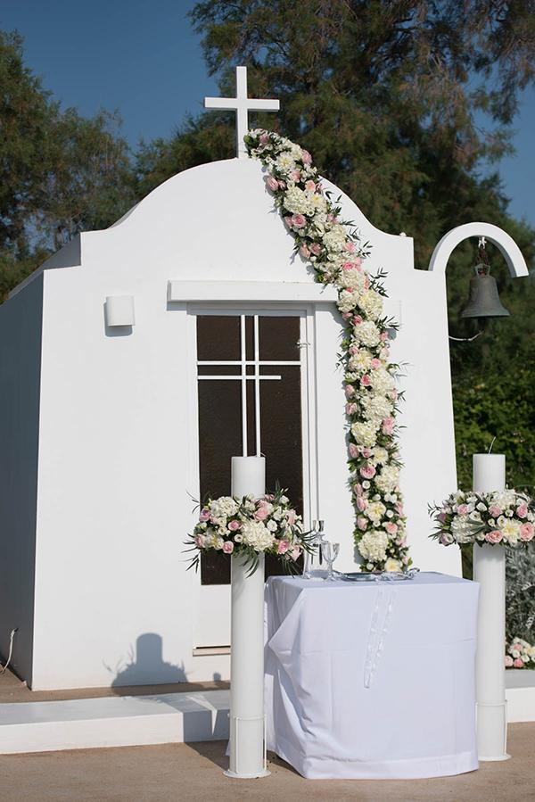 Λευκές λαμπάδες εκκλησίας με λευκές ορτανσίες και ροζ τριαντάφυλλα