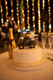 Λευκή γαμήλια τούρτα σε μοντέρνο ύφος με χρυσές λεπτομέρειες