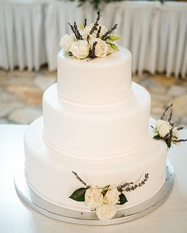 Ολόλευκη τρίπατη τούρτα γάμου για έναν ρομαντικό στυλ γάμου
