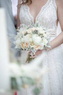 Υπέροχο νυφικό μπουκέτο σε ρομαντικό στυλ με λευκές παιώνιες, τριαντάφυλλα και ευκάλυπτο