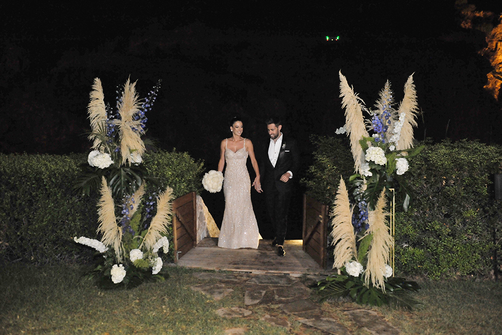 Boho – chic γάμος στη Λίμνη Βουλιαγμένης με εντυπωσιακές ανθοσυνθέσεις από pampas grass, ορτανσίες και ορχιδέες