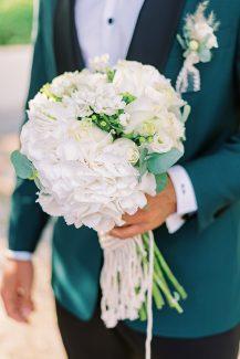 Στρογγυλή λευκή νυφική ανθοδέσμη με ορτανίες και τριαντάφυλλα