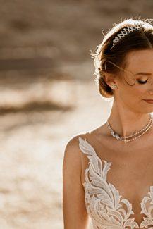 Ανάλαφρο νυφικό χτένισμα νύφης σε χαμηλό κότσο