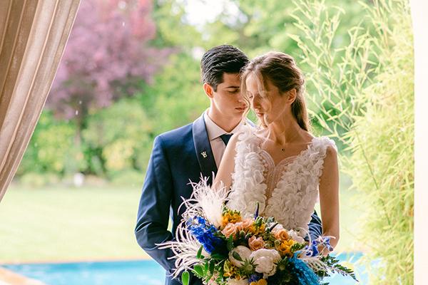 Μοντέρνο styled shoot με εντυπωσιακές συνθέσεις από ορχιδέες, τριαντάφυλλα, φρέζιες σε έντονες αποχρώσεις του μπλε
