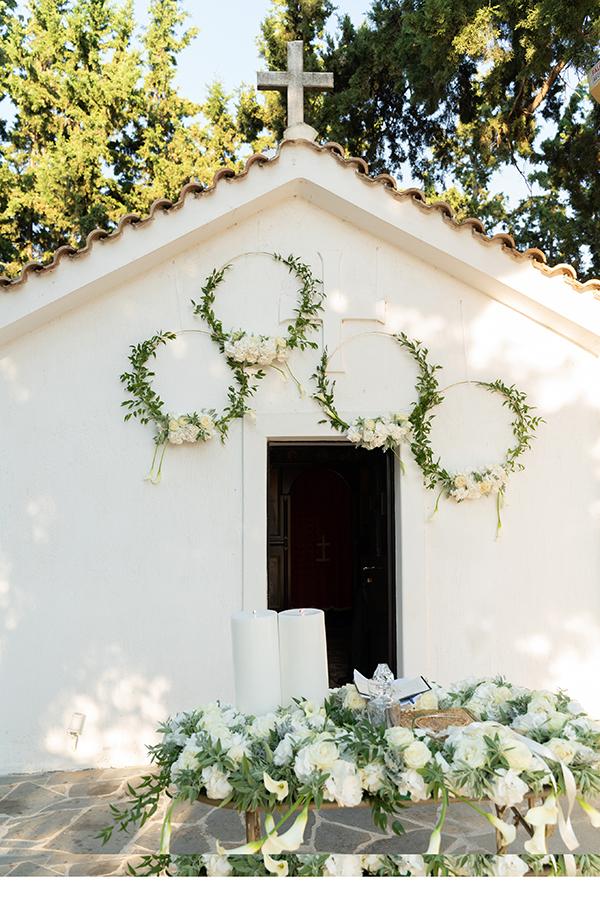 Πρωτότυπος στολισμός εισόδου εκκλησίας με στεφάνια από ευκάλυπτο και λευκά λουλούδια