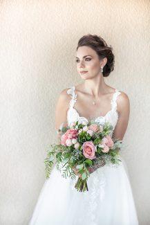 Άκρως ρομαντική νυφική ανθοδέσμη με τριαντάφυλλα σε ροζ αποχρώσεις και πρασινάδα