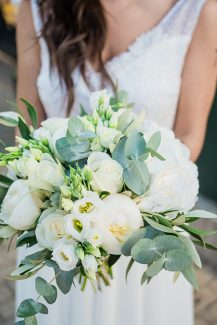 Utterly ρομαντική νυφική ανθοδέσμη με λευκά τριαντάφυλλα, παιώνιες και λυσίανθο